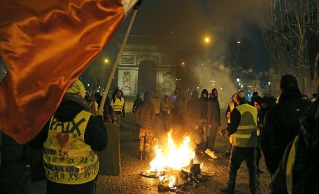 Fransa'da izinsiz eyleme ceza yasası hazırlanıyor