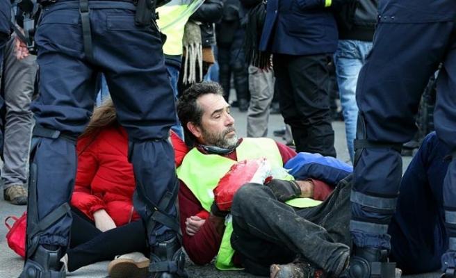 Fransa'da sarı yeleklilerin gösterilerinde 216 kişi tutuklandı