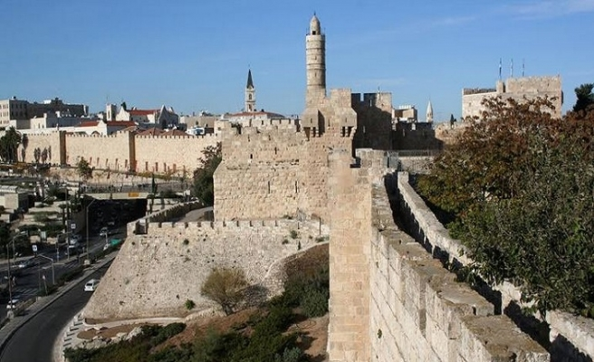 İsrail şimdi de gözlerini surlara dikti