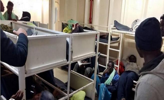 İtalyan vekiller denizdeki 47 göçmeni görmeye gitti