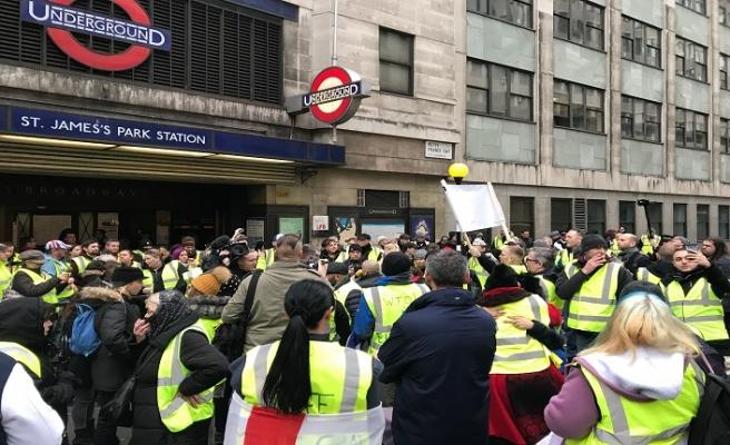 Sarı yelekli İngilizler gösteri düzenledi