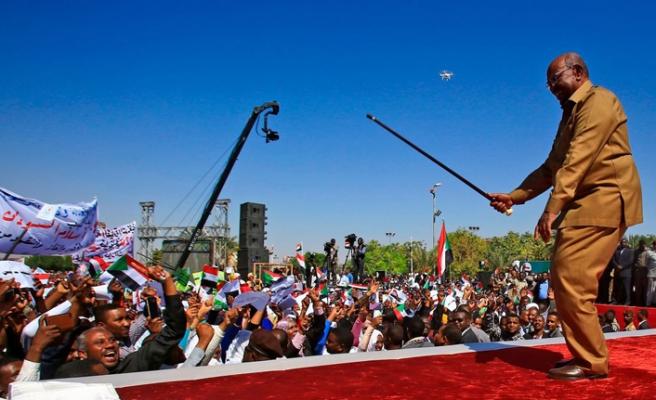 Sudan lideri yönetimi gençlere teslim edeceğini söyledi