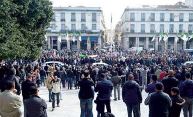 Cezayirli öğrenciler Buteflika'yı protesto etti