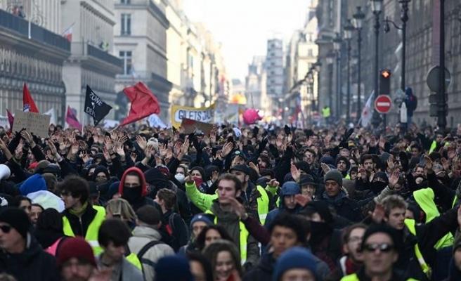 Fransa'da sendika ve sarı yeleklilerden hükümet karşıtı gösteri