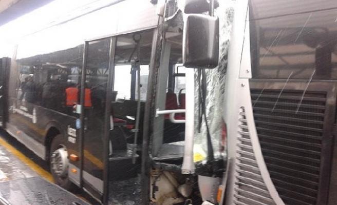 Haramidere'de metrobüsler çarpıştı