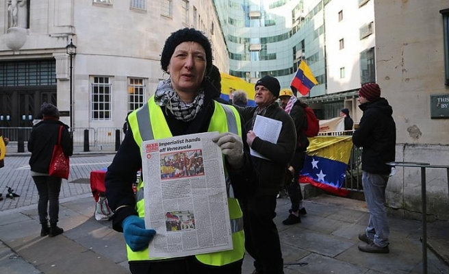 İngiliz basınının Venezuela haberleri BBC önünde protesto edildi