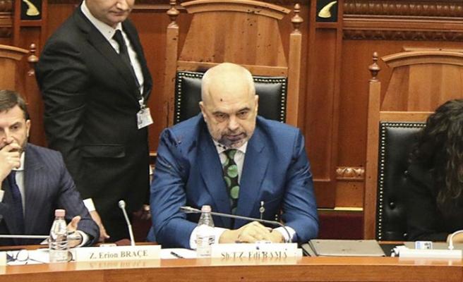 Mecliste Arnavutluk Başbakanı'na boya attı