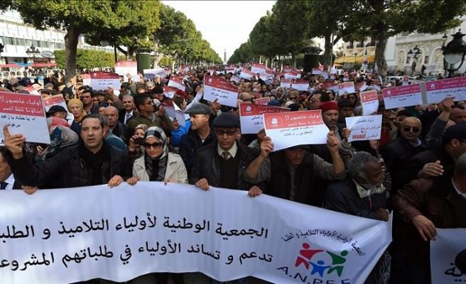 Tunus'ta veliler öğretmenlerin imtihanları boykot etmesini protesto etti