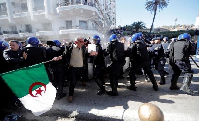 Cezayir'de sular durulmuyor: 183 yaralı