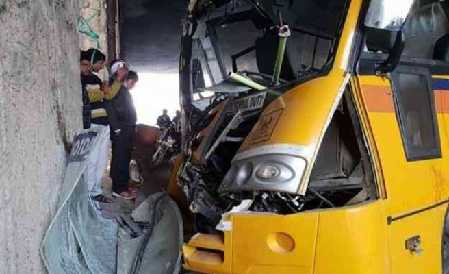 Hindistan'da otobüs kazası: 7 ölü, 20 yaralı