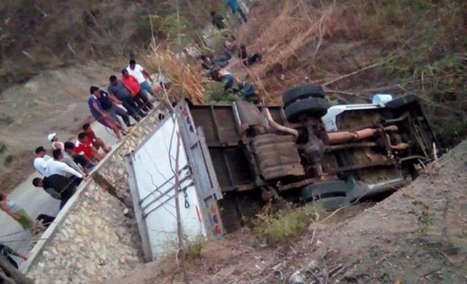 Meksika'da göçmenleri taşıyan kamyon devrildi: 25 ölü