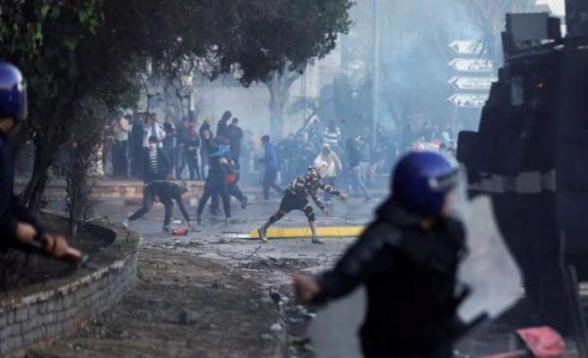 On binlerce Cezayirli meydanlarda