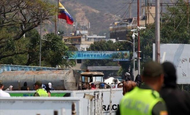 Venezuela'ya giden yardım kamyonlarını Maduro yaktırmamış