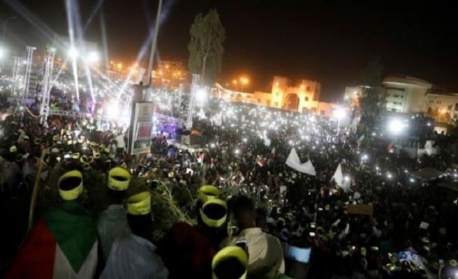 Sudanlılar sivil yönetim için meydanlara indi