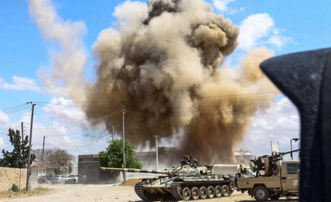 Batı destekli Hafter güçlerinden başkent Trablus'a hava saldırıları