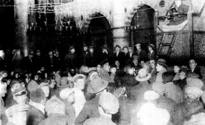 İlk Türkçe hutbeyi Saadettin Kaynak fraklı okumuş