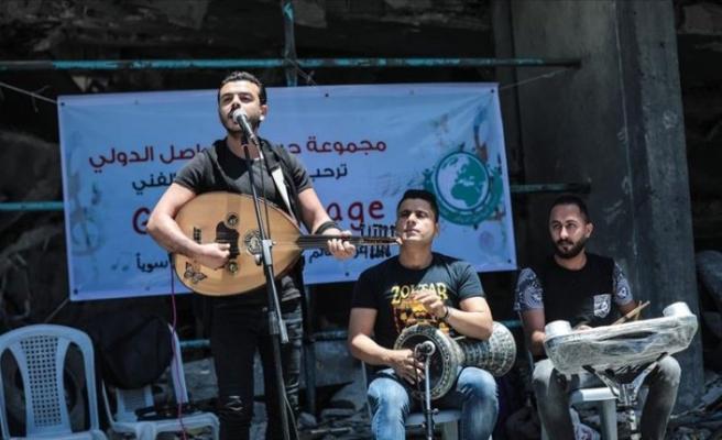 İsrail saldırısında yıkılan binanın enkazında sevgi ve barış şarkıları