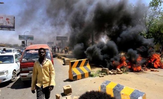 Sudan'da göstericiler Hartum caddelerine barikat kurdu