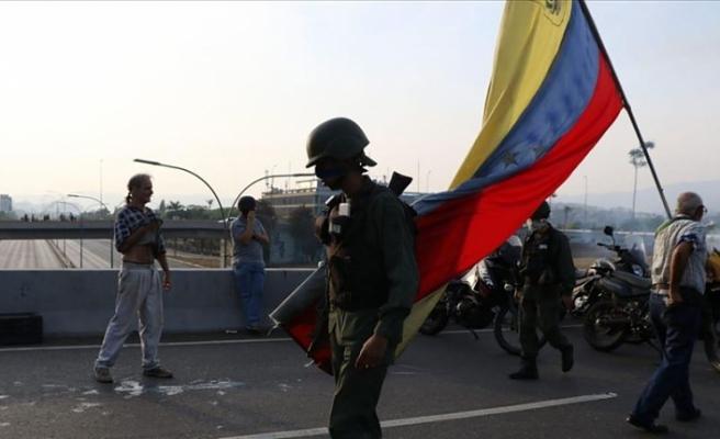 Venezuela'da kalkışma girişiminde bulunanlar büyükelçiliklere kaçıyor
