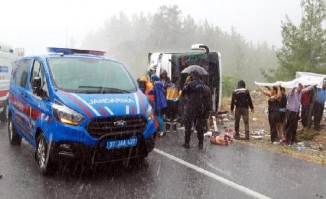 Antalya'da yolcu otobüsü devrildi: 20 yaralı
