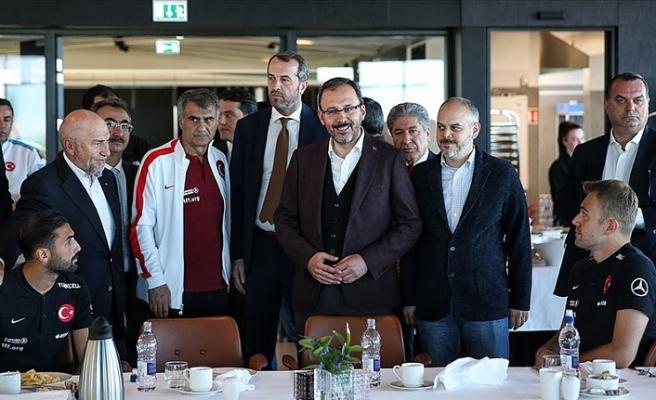Bakan Kasapoğlu'ndan A Milli Futbol Takımı'na ziyaret
