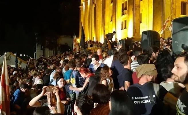 Gürcistan'da eylemciler parlamentoyu kuşattı