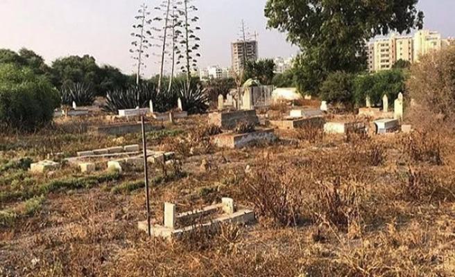 Larnaka'daki Osmanlı mezarlığı tahrip olmuş durumda