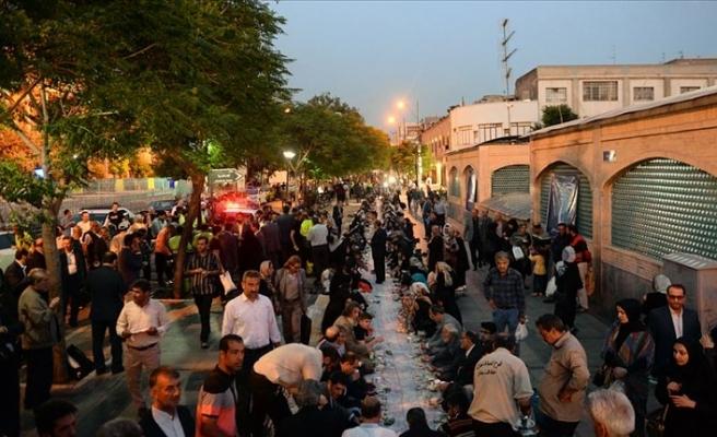 Tahran Büyük Çarşısı'nda bin metrelik yer sofrasında iftar