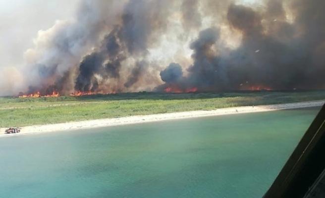 Akçay ve Dalyan arasında kalan sazlık alanda yangın çıktı, yol ulaşıma kapandı