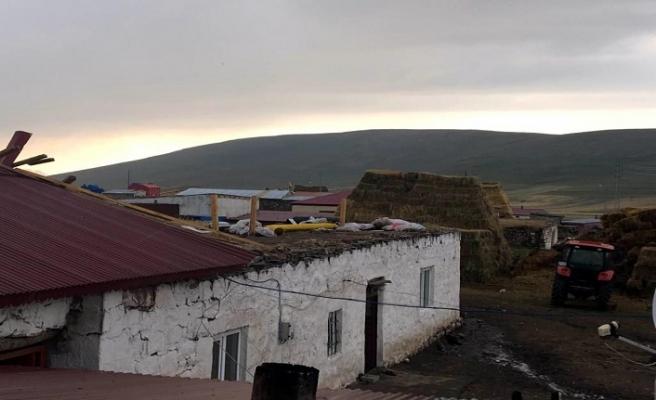 Ardahan'da çatılar uçtu