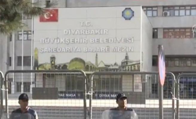 Diyarbakır'da terör örgütleriyle iltisaklı 29 memur görevden uzaklaştırıldı