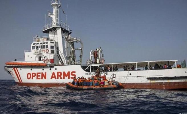 Göçmenler karaya çıkar çıkmaz İtalya gemiye el koydu