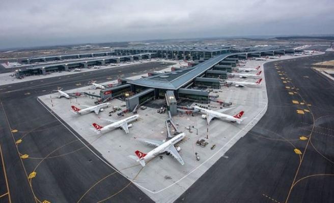 İstanbul Havalimanı'nda uçak taksi yolundan çıktı