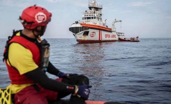 İtalya açıklarında bekletilen göçmenler denize atlamaya başladı
