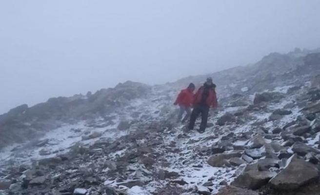 Almatı dağlarında donmak üzere olan çift kurtarıldı