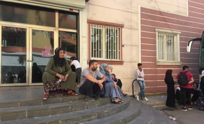 Diyarbakır Belediyesi önünde oğulları için bekleyen anne sayısı dört oldu