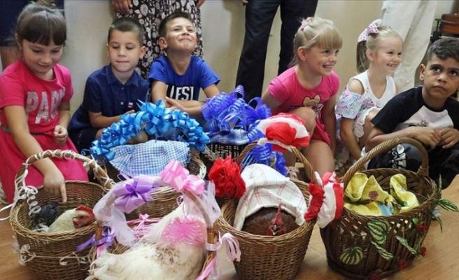 Eğitim hayatlarına 'horoz hediye ederek' başlıyorlar