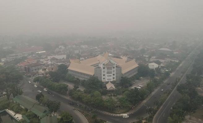 Endonezya'daki yangının dumanları şehri kapladı