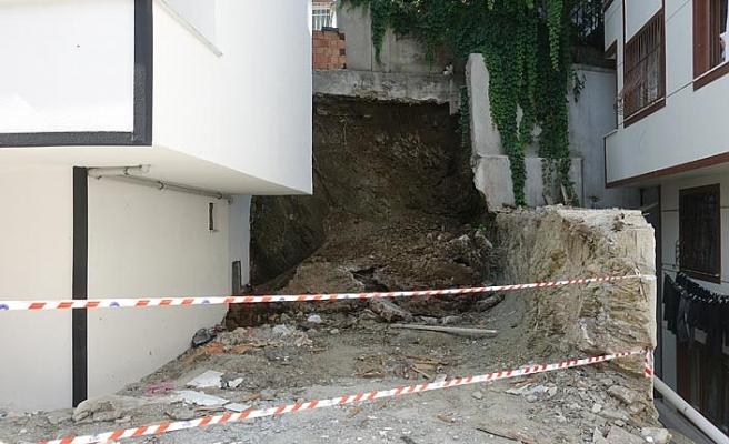 Eyüp Sultan'da istinat duvarı çöktü.. İki bina mühürlendi