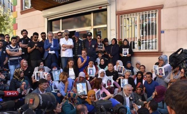 Hülya Koçyiğit, Yavuz Bingöl ve bazı sanatçılar Diyarbakır Anneleri'ni ziyaret etti