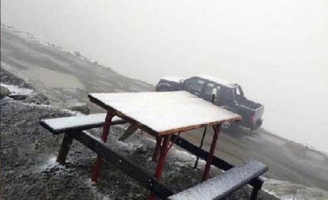 Huser Yaylası'na mevsimin ilk karı yağdı
