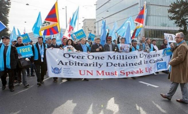 İsviçre'de yaşayan Uygurlar ve Tibetliler Çin'i protesto etti