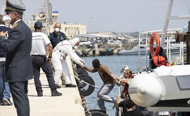 İtalyan STK gemisindeki düzensiz göçmenler karaya çıktı