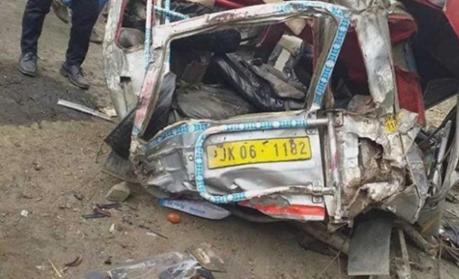 Cammu Keşmir'de minibüs uçuruma yuvarlandı