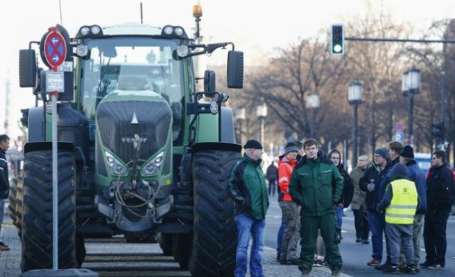 Almanya'da çiftçiler hükümeti protesto etti