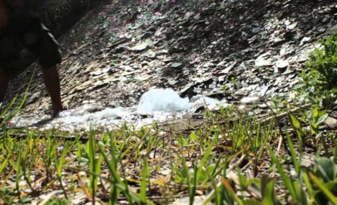 Depremin ardından bir bahçeden kaynak suyu çıktı