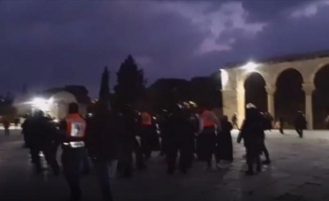İşgalci İsrail polisi Mescid-i Aksa'da cemaate saldırdı