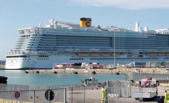 Karantinaya alınan gemiden yolcuların inişi başladı