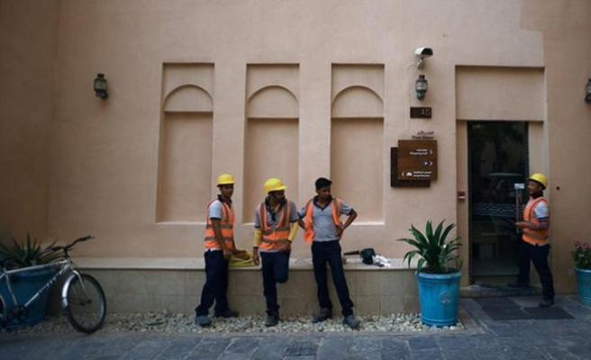 Katar göçmen işçilerin çıkış izinlerini iyileştirdi