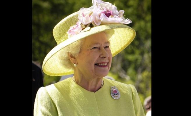 Kraliçe imzayı attı